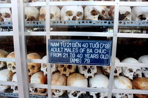 Thảm sát Ba Chúc cô bé ngủ bên xác cha 12 ngày giữa cánh đồng xác chết