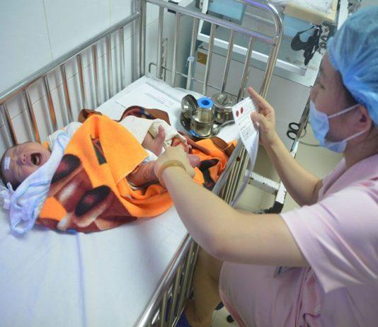 Lấy máu gót chân cho trẻ sơ sinh để làm gì?